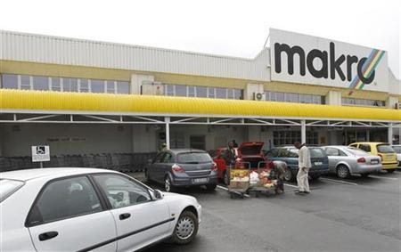 Shoppers load their goods into a car outside a Makro branch of South African retailer Massmart in Cape Town May 31, 2011. REUTERS/Mike Hutchings