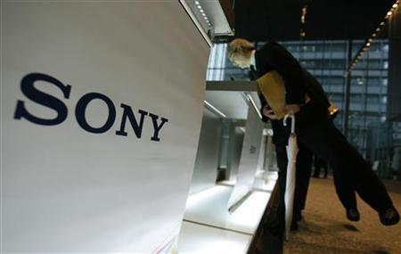 Visitors lean over to take a look at Sony Corp's products displayed at the company headquarters in Tokyo December 3, 2009. REUTERS/Yuriko Nakao