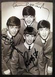 <p>Foto de archivo. Una fotografía autografiada de The Beatles en una exhibición en Buenos Aires REUTERS/Enrique Marcarian</p>