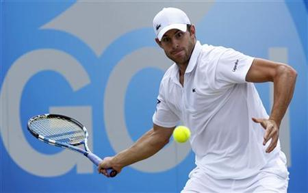Andy Roddick returns the ball to Andy Murray of Britain during their semi-final tennis match at the Queen's Club Championships in west London June 11, 2011. REUTERS/Suzanne Plunkett