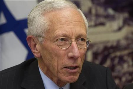 Bank of Israel Governor Stanley Fischer attends a a photo opportunity with Finance Minister Yuval Steinitz (not seen) at the Finance Ministry in Jerusalem March 30, 2011. REUTERS/Ronen Zvulun