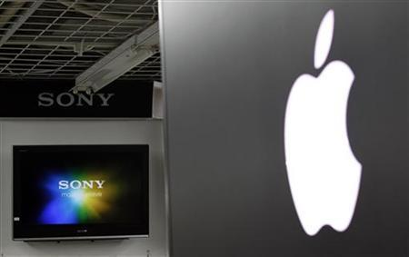 The Apple and Sony logos are seen at an electronic shop in Tokyo May 4, 2011. REUTERS/Kim Kyung-Hoon