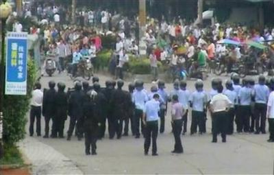 Police use tear gas to quell riot in southern China