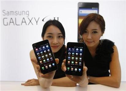 Models pose with Samsung Electronics' new smartphone Galaxy S II at the company's headquarters in Seoul in this April 28, 2011 file photo. REUTERS/Truth Leem