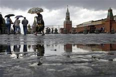 <p>Пешеходы на Красной площади во время дождя в Москве 30 июня 2008 года. Начавшиеся еще вечером в понедельник дожди продолжатся в Москве в течение всей рабочей недели. REUTERS/Denis Sinyakov</p>