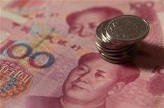 <p>Купюры и монеты китайской валюты юань в Пекине 30 декабря 2010 года. Китай усилил экономическое присутствие на постсоветском пространстве, одолжив свыше $1 миллиарда Белоруссии лишь день спустя после двух аналогичных сделок в Казахстане. REUTERS/Petar Kujundzic</p>