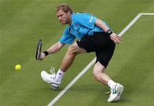 <p>Дмитрий Турсунов во время матча на Queen's Club Championships в Лондоне 6 июня 2011 года. Россиянин Дмитрий Турсунов прошел в четвертьфинал турнира Den Bosch Open, проходящего в Нидерландах. REUTERS/Stefan Wermuth</p>
