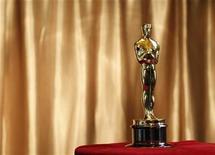 """<p>Foto de archivo de un premio Oscar durante la muestra """"Meet The Oscars"""" desarrollada en Grand Central Station, Nueva York, feb 23 2011. Los organizadores de los Oscar introdujeron un elemento de misterio en la ceremonia del año que viene al decidir que entre cinco y diez películas competirán por el codiciado premio a la mejor película. REUTERS/Brendan McDermid</p>"""