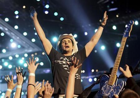 Brad Paisley performs at the 45th annual Academy of Country Music Awards in Las Vegas, Nevada April 18, 2010. REUTERS/Robert Galbraith