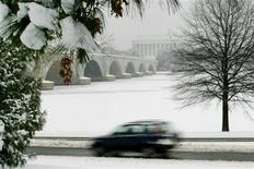 <p>Snow covers the Potomac River as seen at the Memorial Bridge from Arlington, Virginia, January 26, 2004. REUTERS/Molly Riley</p>