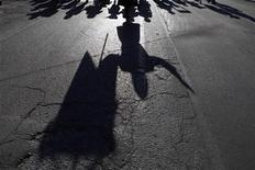 <p>Demonstrators from El Paso, Texas cast their shadows during a march in support of the peace caravan led by Mexican poet Javier Sicilia, in Ciudad Juarez June 10, 2011. REUTERS/Tomas Bravo</p>