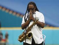 <p>Foto de archivo. El saxofonista Clarence Clemons durante el minuto de silencio por las víctimas del terromoto y tsunami de Japón, en Miami REUTERS/Joe Skipper</p>