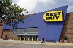 <p>Foto de archivo de una tienda de la minorista estadounidense Best Buy en Westminster, EEUU, jun 27 2007. El directorio de la minorista estadounidense de electrónicos Best Buy Co aumentó su dividendo trimestral en un 7 por ciento a 0,16 dólares por acción, y aprobó un plan para recomprar 5.000 millones de dólares de títulos comunes. REUTERS/Rick Wilking</p>