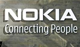 <p>Foto de archivo del logo de la firma Nokia en su casa matriz de Helsinki, jul 9 2008.El fabricante finlandés de teléfonos móviles Nokia dijo el martes que su principal estrategia de negocios era lanzar un teléfono móvil con la plataforma Windows de Microsoft y que lo haría este año. REUTERS/Bob Strong</p>