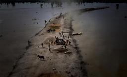 <p>Flood victims take refuge on high grounds in Pakistan's Rajanpur district in Punjab province in this August 15, 2010 file photo. REUTERS/Adrees Latif</p>