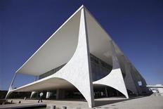 <p>Foto de archivo del edificio del palacio del Gobierno brasileño en Brasilia, ago 25 2010. Hackers inhabilitaron momentáneamente tres sitios web del Gobierno brasileño a primera hora del miércoles, en el último de una ola de ciberataques internacionales lanzados contra compañías y organizaciones. REUTERS/Ricardo Moraes</p>