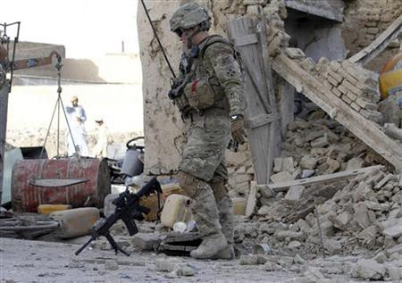 A U.S. soldier arrives at the site of an explosion in Kandahar city May 19, 2011. REUTERS/Ahmad Nadeem