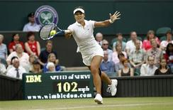 <p>Li Na of China hits a return to Sabine Lisicki of Germany at the Wimbledon tennis championships in London June 23, 2011. REUTERS/Eddie Keogh</p>