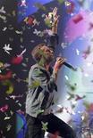 <p>El cantante de la banda Coldplay, Chris Martin, interpreta en el Pyramid Stage, en la cuarta jornada del Festival de Glastonbury en Worthy Farm, en el Reino Unido. 25 de junio de 2011.</p>