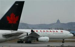 <p>An Air Canada plane prepares for take-off at Montreal's Dorval Airport, April 1, 2003.REUTERS/Christinne Muschi</p>