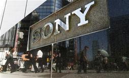 <p>Peatones reflejados en vitrina de Sony en Tokio. Sony cree que fue el objetivo de hackers porque intentó proteger su propiedad intelectual REUTERS/Toru Hanai</p>