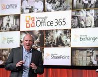 """<p>El presidente ejecutivo de Microsoft, Steve Ballmer, durante el lanzamiento del servicio Office 365 en nueva York, jun 28 2011. Microsoft dio el martes un primer gran paso hacia el mundo de la computación en """"nube"""" asequible por internet, con el estreno de una versión actualizada en línea de su muy rentable software Office. REUTERS/Ray Stubblebine</p>"""