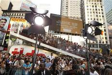 "<p>A crowd gathers in Times Square to watch celebrities arrive during the premiere of ""Transformers: Dark of The Moon"" in New York June 28, 2011. REUTERS/Lucas Jackson</p>"