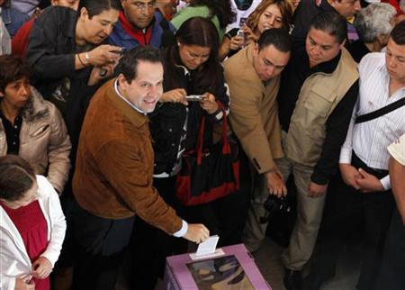 Eruviel Avila (L), candidate for governor of the state of Mexico for the Institutional Revolutionary Party (PRI), casts his vote in Ecatepec July 3, 2011. REUTERS/Carlos Jasso