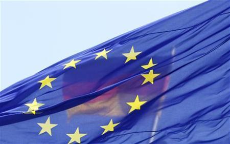 Die Bundesflagge hinter der EU-Flagge auf dem Dach des Reichstags in Berlin am 26. Mai 2011. REUTERS/Tobias Schwarz