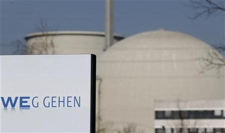 Blick auf das Atomkraftwerk Biblis am 22. März 2011. Der Bildausschnitt lässt den RWE-Werbeslogan ''VoRWEg gehen'' als ''WEg gehen'' erscheinen. REUTERS/Kai Pfaffenbach
