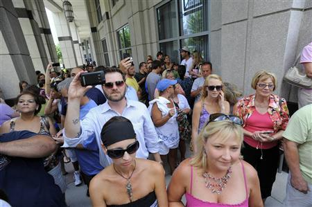 Spectators and media members gather moments before hearing the jury's verdict acquitting Casey Anthony of first-degree murder at the Orange County Court House in Orlando, Florida July 5, 2011. REUTERS/Brian Blanco