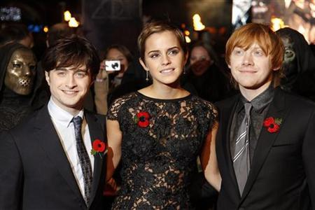 Britain's Emma Watson poses with Daniel Radcliffe (L) and Rupert Grint as they arrive for the world premiere of ''Harry Potter and the Deathly Hallows: Part 1'' at Leicester Square in London November 11, 2010. REUTERS/Stefan Wermuth
