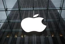 <p>Foto de archivo del logo de Apple frente a su su tienda insigne en Nueva York, ene 18 2011. Piratas informáticos revelaron un error en el software de Apple Inc que expertos en seguridad dijeron podría ser explotado por criminales que busquen conseguir el control remoto de los iPhones, iPads y aparatos iPod Touch. REUTERS/Mike Segar</p>