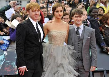 Actress Emma Watson (C) poses with actors Rupert Grint (L) and Daniel Radcliffe (R) at the world premiere of ''Harry Potter and the Deathly Hallows - Part 2'' in Trafalgar Square, in central London, July 7, 2011. REUTERS/Toby Melville