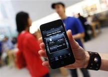 <p>Achat d'une application via l'iPhone d'Apple. Selon le groupe à la pomme, plus de 15 milliards d'applications ont été téléchargées sur son kiosque ces trois dernières années. /Photo prise le 23 mai 2011REUTERS/Shannon Stapleton</p>