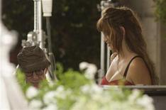 """<p>El cineasta estadounidense Woody Allen junto a la actriz española Penélope Cruz durante el rodaje de la cinta """"The Bop Decameron"""" en Roma, jul 11 2011. Cruz viajó a Roma para rodar su segunda película con el cineasta estadounidense Woody Allen, """"Bop Decameron"""". REUTERS/Remo Casilli</p>"""