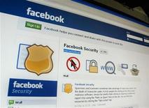 <p>Foto de archivo de la página de Facebook vista desde un ordenador en Singapur, mayo 11 2011. Las agencias de seguridad de Estados Unidos están consiguiendo un número creciente de autorizaciones para investigar en Facebook, a veces logrando acceso detallado a las cuentas sin conocimiento de los usuarios de la red social. REUTERS/Tan Shung Sin</p>