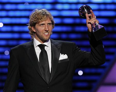 Dallas Mavericks NBA player Dirk Nowitzki accepts the Award for ''Best Male Athlete'' at the 2011 ESPY Awards in Los Angeles, July 13, 2011. REUTERS/Mario Anzuoni