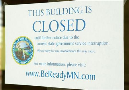 A note at the entrance of the Minnesota State Capital announces its closure in Saint Paul, Minnesota, July 1, 2011. REUTERS/Andy King