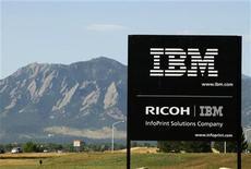 <p>Foto de archivo del logo de IBM cerca de una de sus plantas en Boulder, EEUU, sep 8 2009. IBM reportó el lunes una ganancia ajustada de 3,09 dólares por acción para el segundo trimestre y un salto del 12 por ciento en las ventas a 26.700 millones de dólares. REUTERS/Rick Wilking</p>