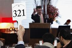<p>Auctioneer John Kapon, president and director of auctions for Acker Merrall & Condit, takes bids from people at the restaurant Marea and bidders online at a rare wine auction in New York in this March 19, 2011 file photo. REUTERS/Mark Dye/Files</p>
