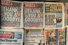 """<p>Foto de archivo de la portada de la última edición del diario británico News of The World en Londres, jul 9 2011. """"Es el tipo de lugar del que uno sale y nunca más quiere volver"""". Así describió un ex periodista al News of the World bajo el mando de Rebekah Brooks, la pelirroja y ambiciosa ejecutiva que editó el dominical británico de mayor tirada entre el 2000 y el 2003. REUTERS/Paul Hackett</p>"""