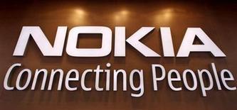 <p>Foto de archivo del logo de Nokia sobre su tienda insigne de Helsinki, sep 29 2010. Los teléfonos móviles básicos de Nokia generan un beneficio operativo mucho mejor que el de su línea de teléfonos inteligentes, dijo el martes la compañía finlandesa. REUTERS/Bob Strong</p>