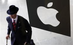 <p>Apple a fait état mardi d'une chiffre d'affaires trimestriel à nouveau très supérieur aux attentes, soutenu par les ventes des téléphones iPhone et des tablettes iPad. Le groupe américain a vendu 20,34 millions d'iPhone au cours du trimestre, 9,25 millions d'iPad et 3,95 millions d'ordinateurs Mac. /Photo d'archives/REUTERS/Suzanne Plunkett</p>