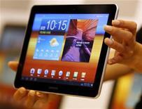 <p>La nueva versión del Tablet PC 'Galaxy Tab 10.1' de Samsung Electronics durante su lanzamiento en Seúl, jul 20 2011. Samsung Electronics lanzó una versión más delgada y ligera de su Tablet PC Galaxy en el mercado surcoreano el miércoles, tratando de detener el aplastante éxito de la iPad de Apple. REUTERS/Jo Yong-Hak</p>