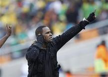 <p>Foto de archivo del cantante de R&B R. Kelly durante su presentación antes del duelo entre Sudáfrica y México por el Mundial de Fútbol en Johannesburgo, jun 11 2010. R.Kelly, ganador del premio Grammy, se sometió a una cirugía de emergencia de garganta y no podrá actuar por un tiempo indeterminado, dijo el miércoles su portavoz. REUTERS/Siphiwe Sibeko</p>