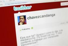 <p>Foto de archivo del sitio en Twitter del presidente venezolano, Hugo Chávez, visto desde un ordenador, abr 28 2010. El presidente de Venezuela, Hugo Chávez, culpó el jueves al arbitraje por la eliminación de la selección de fútbol de su país en la Copa América y pidió conversar con el máximo representante de la Confederación Sudamericana de Fútbol, el paraguayo Nicolás Leoz. REUTERS/Jorge Silva</p>