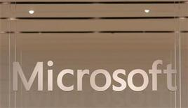 <p>Foto de archivo del logo de Microsoft al interior de su tienda insigne en Scottsdale, EEUU, oct 22 2009. Microsoft, el mayor productor mundial de software, dijo el jueves que ganó 0,69 dólares por acción en su cuarto trimestre fiscal con ventas por 17.370 millones de dólares. REUTERS/Joshua Lott</p>