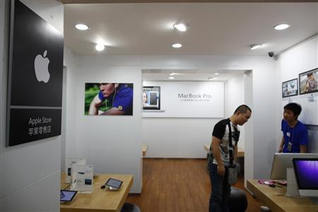 An employee talks to a customer inside a fake Apple Store in Kunming, Yunnan province July 22, 2011. REUTERS/Aly Song