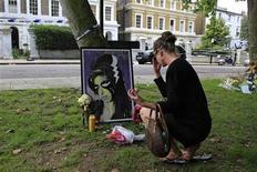 <p>Una mujer deja flores fuera de la casa de Amy Winehouse en Londres. jul 24 2011. Fans se apresuraron el domingo a adquirir los dos discos de Amy Winehouse, después de que la cantante de soul británica se convirtiera en la última de una desalentadora fila de estrellas del rock en morir a los 27 años, una edad aparentemente maldita para los músicos. REUTERS/Stefan Wermuth</p>